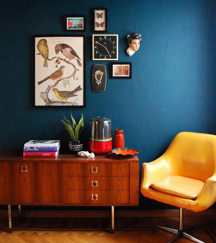 deco salon retro tendance, mélange de couleurs cosy pour salon, fauteuil vintage en cuir jaune moutarde et bleu canard murs