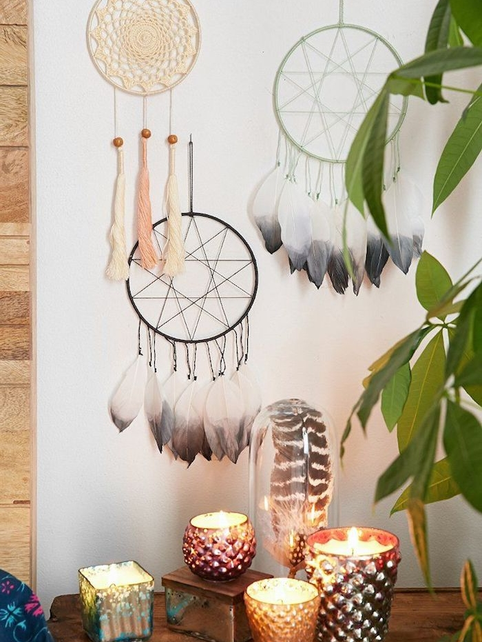 fabriquer attrape reve en cercle avec filet de fils ou de napperon, decoration de plumes et de pompons à franges