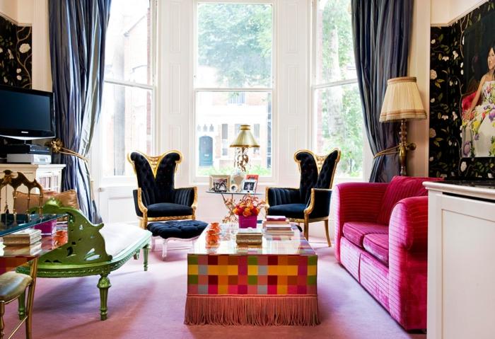 salon lumineux à deco orientale, canapé pourpre, rideaux lourds, chaise verte majestueuse et tais rose