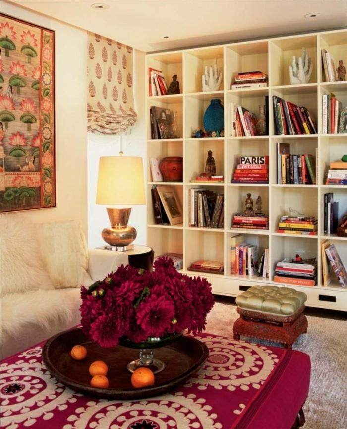 étagère crème, table pourpre à motifs ethniques, tenture murale en belles couleurs, deco orientale