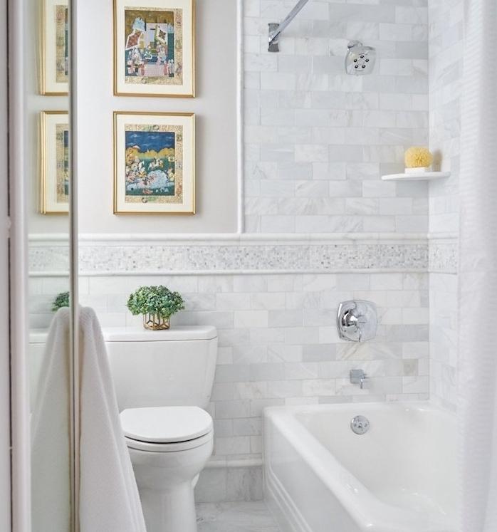 idée pour votre aménagement petite salle de bain 2m2, baignoire à encastrer blanche, carrelage gris et blanc marbre, deco de cadres peinture