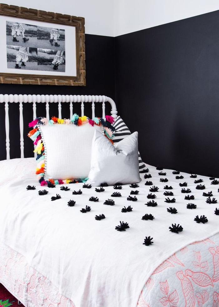 couverture de lit décorée de pompons noirs diy pour créer des accents originaux dans la chambre adulte deco noir et blanc