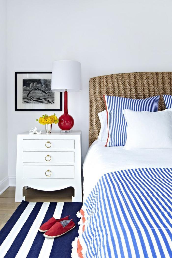 une chambre adulte deco marine en blanc et bleu aux motifs rayures qui dynamisent la pièces