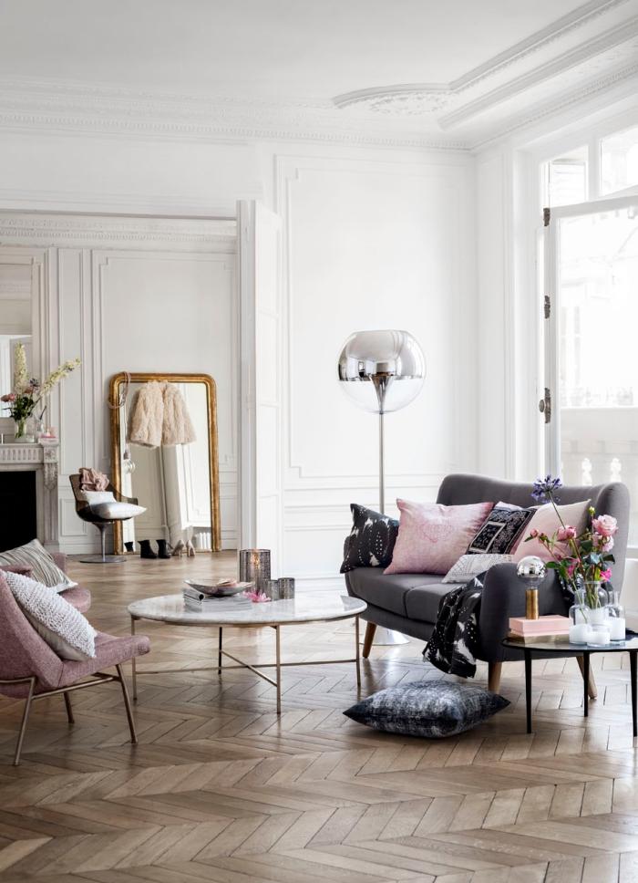 idée déco de salon aux murs blancs avec canapé gris et fauteuil de couleur rose poudré, modèle de miroir doré