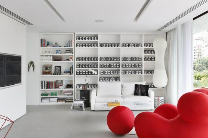 deco zen, deco salon zen, ambiance zen, fauteuil rouge avec pose-pied en forme de boule rouge, étagères bibliothèque blanche, sol carrelage gris