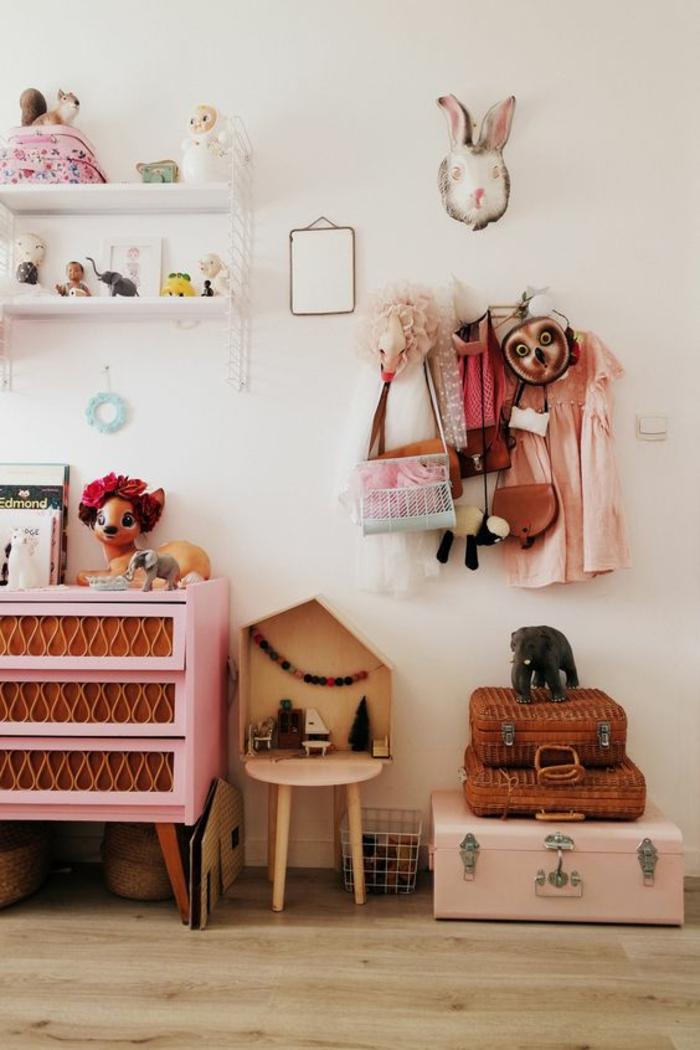 chambre rose et gris, meuble en rose et marron, valise de rangement rose et deux valses plus petites en marron, parquet beige