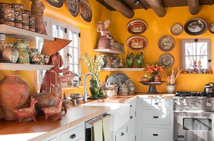 idée decoration de cuisine exotique, cuisine jaune avec collection de poterie ethnique