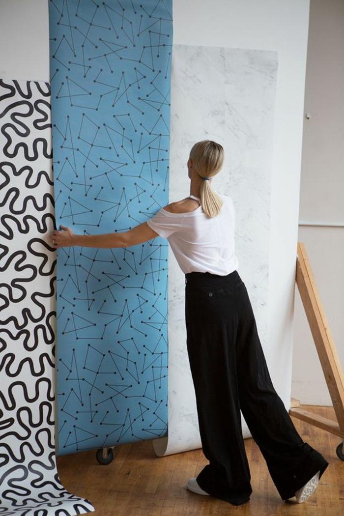 des panneaux décoratifs en bleu et blanc avec des motifs graphiques et des constellations stellaires, parquet classique, décor zen et minimaliste