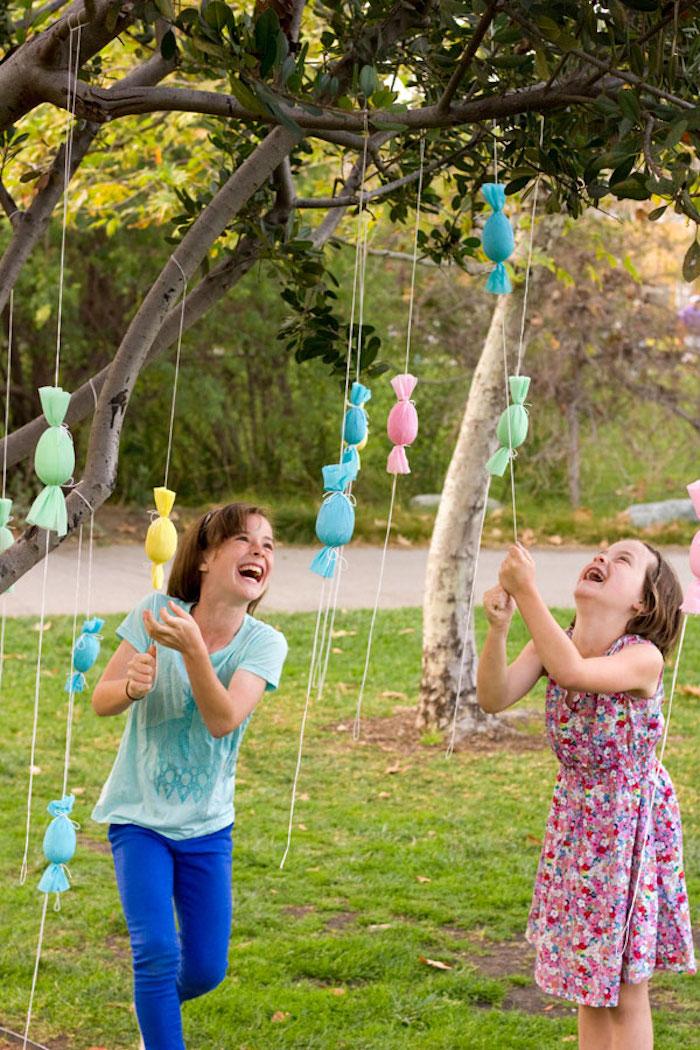 Activité paques bricolage paques déco facile et originale - oeufs sur branches comme bonbons de pinata