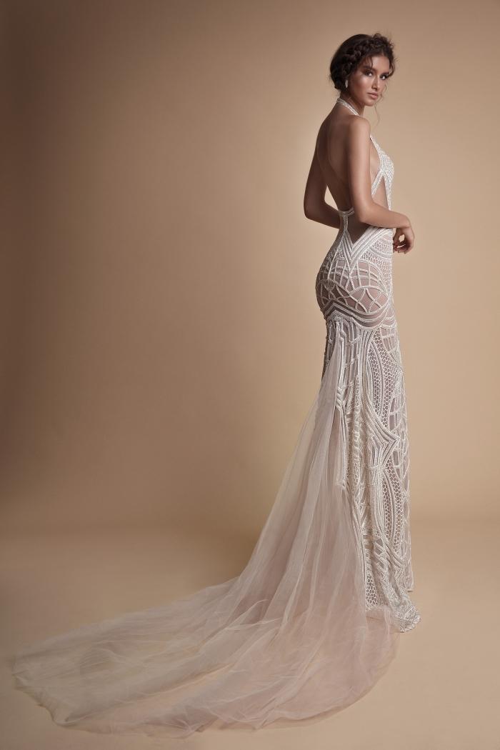 modèle de robe de mariée longue à traine transparente à design dos, robe nude aux lignes géométriques blanches