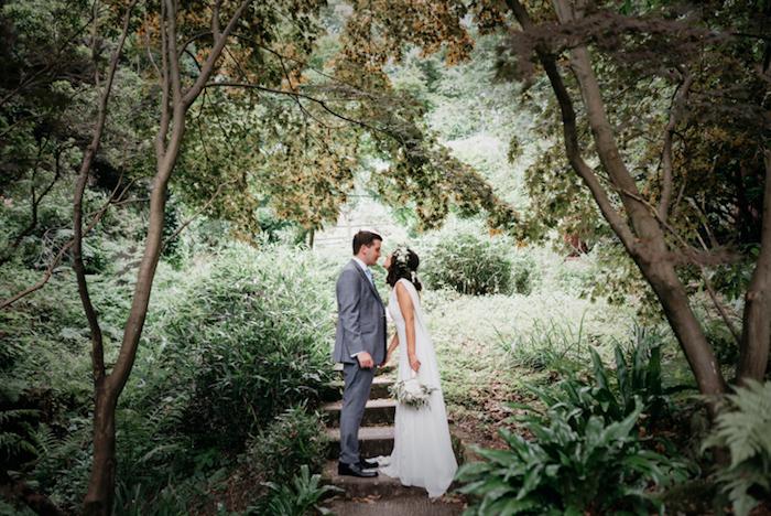Idée robe de mariée vintage robe boheme mariage moderne tendance mariage champêtre photo couple mariée jardin arbres