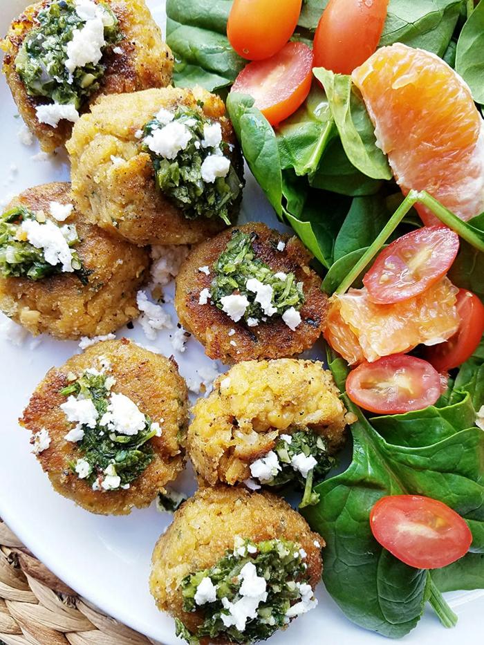boulettes aux épinards et aux tomates, avec du fromage blanc, garnies d'orange, pour une saveur plus exotique, boulettes sur un canapé des feuilles d'épinards, repas minceur, recette dietetique