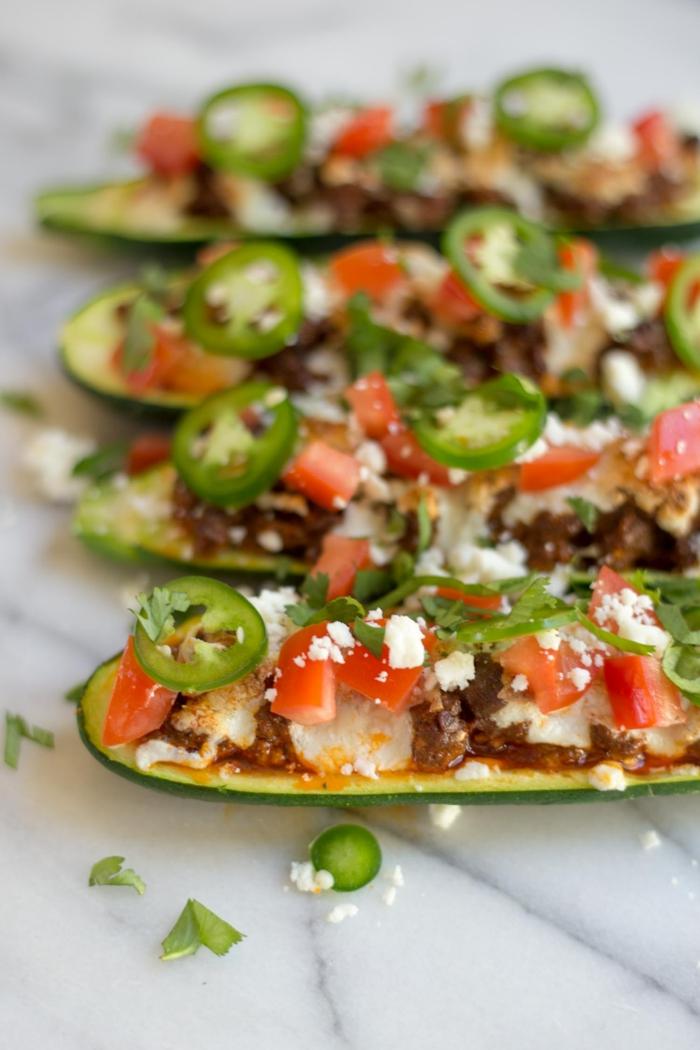 recette avec courgettes farcies aux tomates, poivrons rouges et verts, avec de l'aneth, fromage blanc, idee repas soir, recette legere