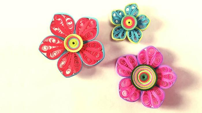 fleurs roses, rouges et bleues, quilling modele à faire soi-même, trois jolies fleurs