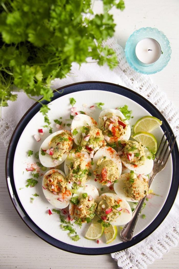 idée plat pour Pâques, œufs au curry arrosés au jus de lime, du persil avec des épices, recette minceur, repas du soir léger, menu de la semaine