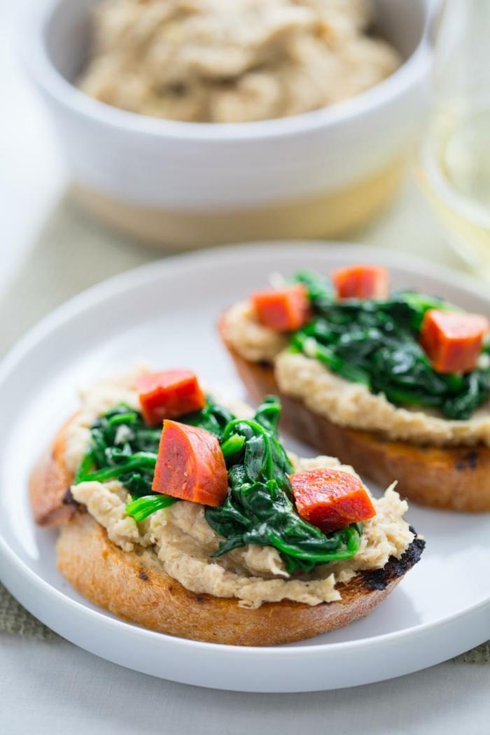 recette legere, repas du soir léger, tartines au pain noir avec du humus, des épinards et des tomates, dîner ou goûter léger, idée pour le menu de la semaine