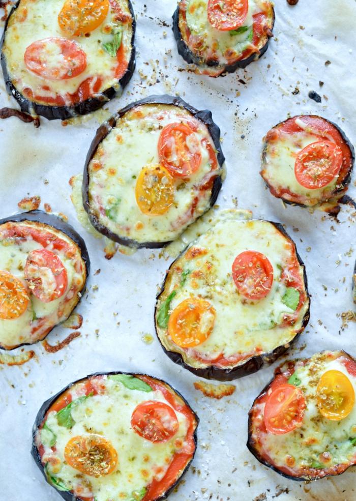 aubergines tranches coupées en largeur et recouvertes d'œufs et de tomates, basilic, poivre noir, idee repas soir, recette legere, repas dietetique