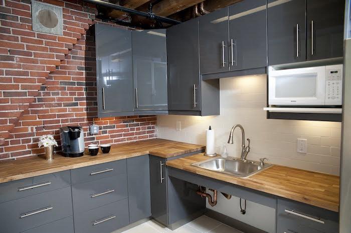 cuisine gris laqué moderne, intérieur avec mur en brique, décoration industrielle pour cuisines aménagées