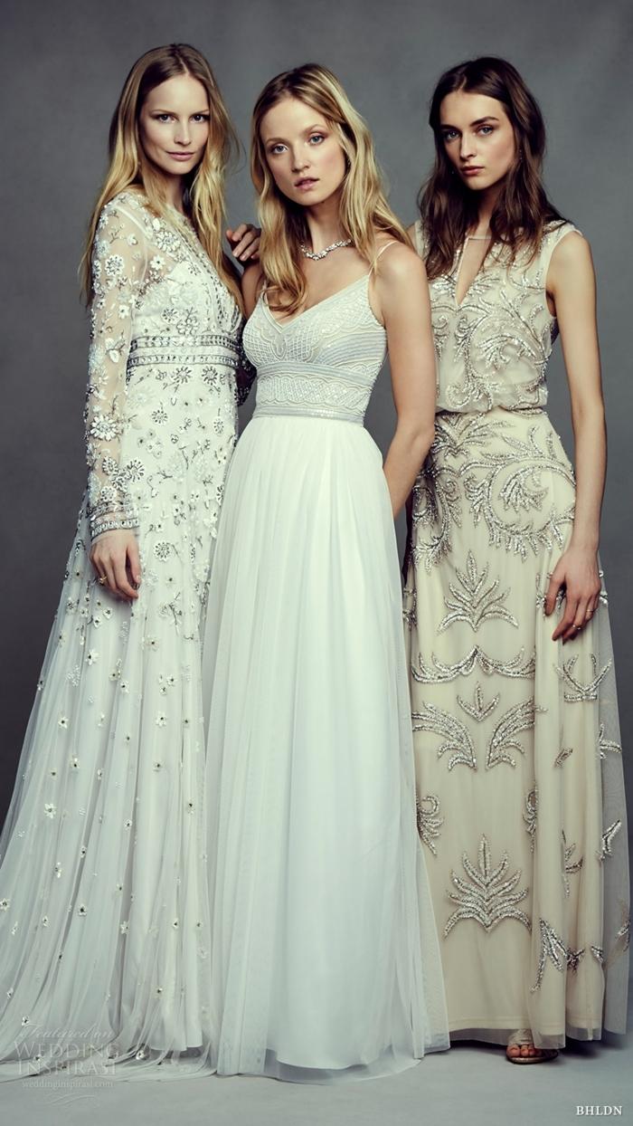 trois filles gracieuses, robes à coupes évasées, dentelles et couleurs chic