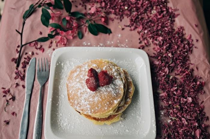 préparer un dessert classique pour un repas entre amis, crêpes au confiture de cerise saupoudrées de sucre en poudre
