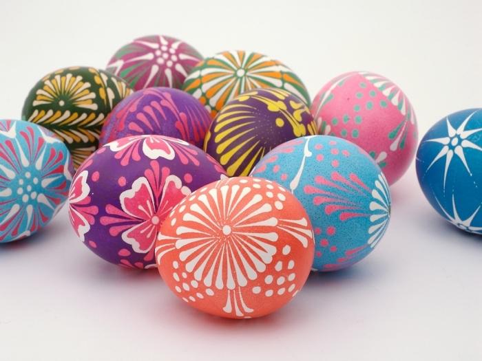 oeufs aux motifs traditionnels colorés en peinture alimentaire, exemple de déco originale pour la fête des paques 2018