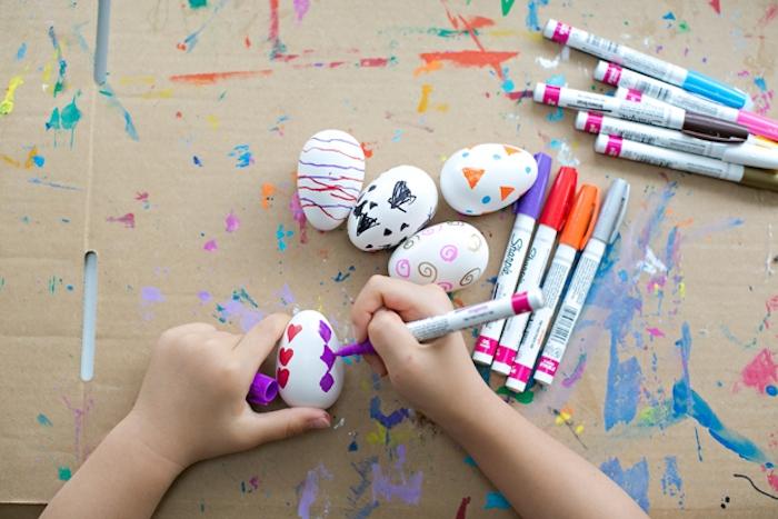 comment décorer des oeufs de paques, activités manuelles paques, décoration avec des feutres colorés, motifs divers
