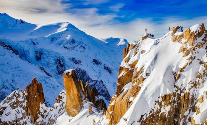 paysage montagnes, paysage paradisiaque, paysage de reve, roches en marron clair, pentes couvertes de neige, décor nordique