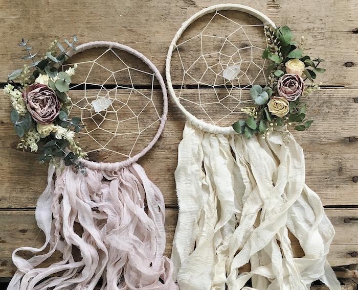 deco mariage originale en cerceau enveloppé de bandes de tissu rose et blanc, filet blanc et décoration de fleurs