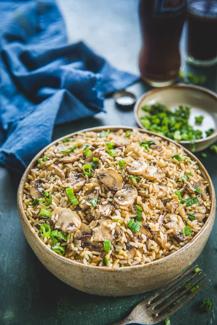 champignons au riz façon asiatique, bol de bois, persil et basilic, légumes avec une recette legere, repas minceur, dîner succulent