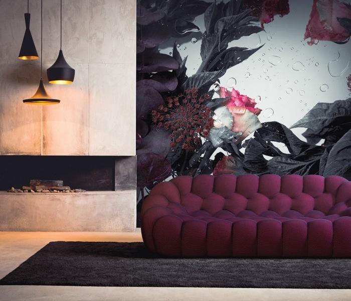 modèle de tapisserie murale à design fleurs foncées avec gouttes d'eau à effet 3D, déco de salon avec canapé violet et tapis noir