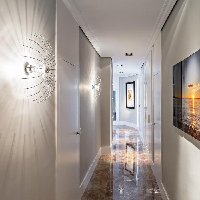 design luxueux de couloir moderne aux murs gris et blanc avec éclairage de plafond led et peinture digitale