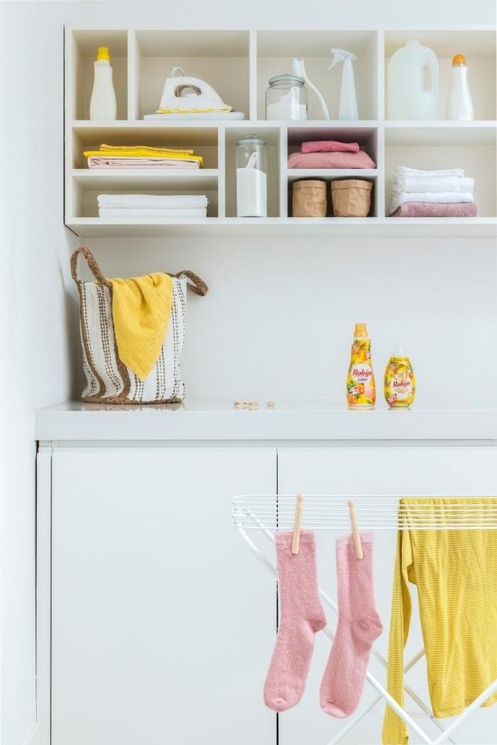 idée pour la décoration de rangement balai en bois peint en blanc, comment aménager un espace limité pour produits de nettoyage