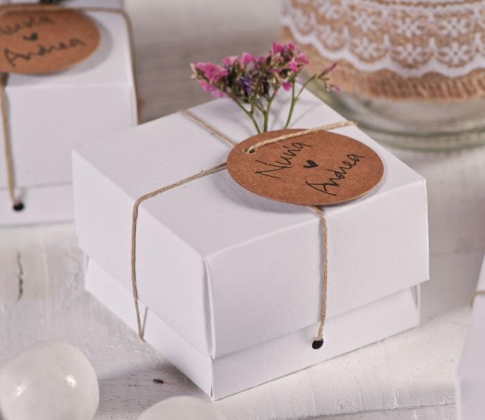 remerciement mariage, idée emballage de cadeau pour les invités au mariage, petite boîte de carton blanche