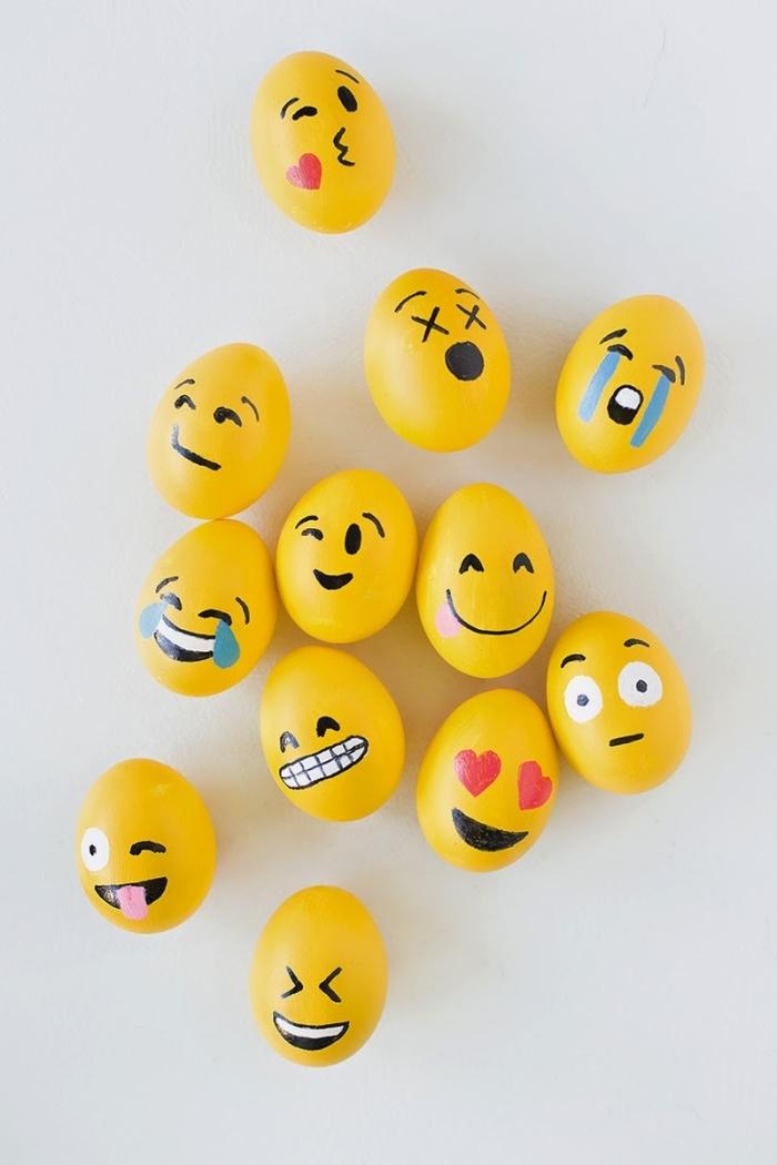 faux oeufs en plastiques peints en jaune et avec dessins en marqueurs non-toxiques à design emoji