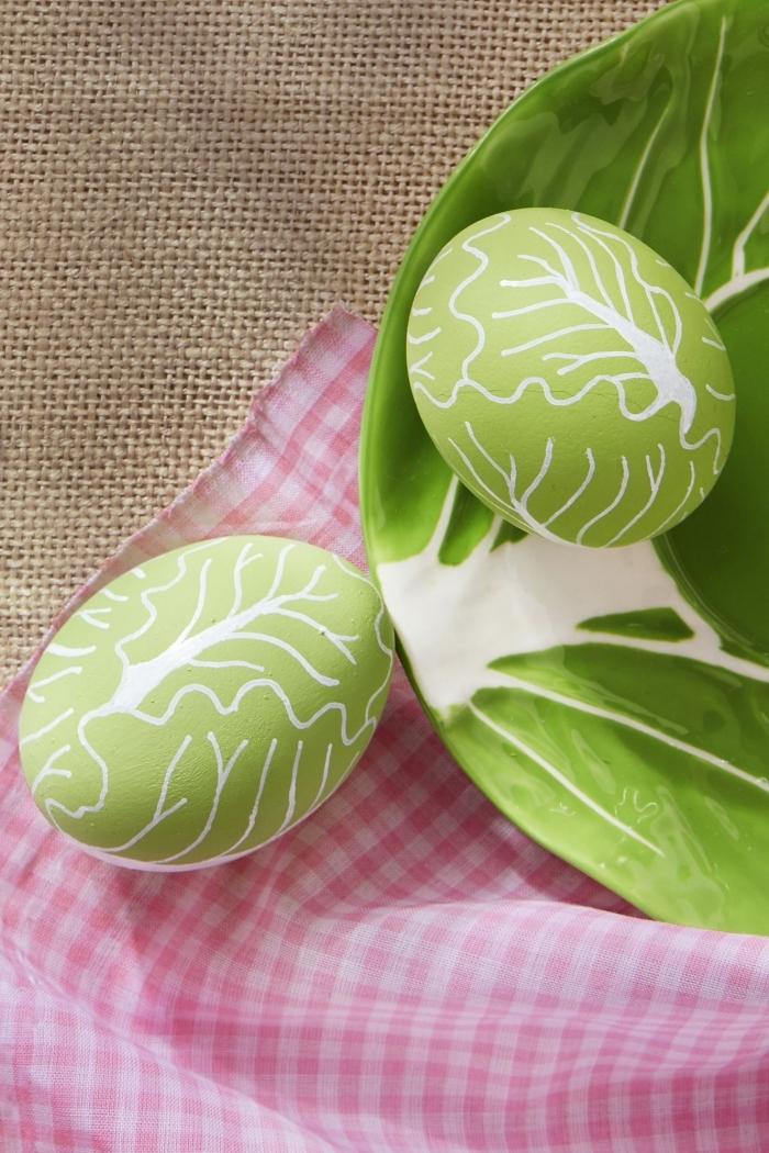 idée pour faire une déco d'oeufs à colorant vert et empreintes à design feuilles réalisée avec marqueur non toxique blanc