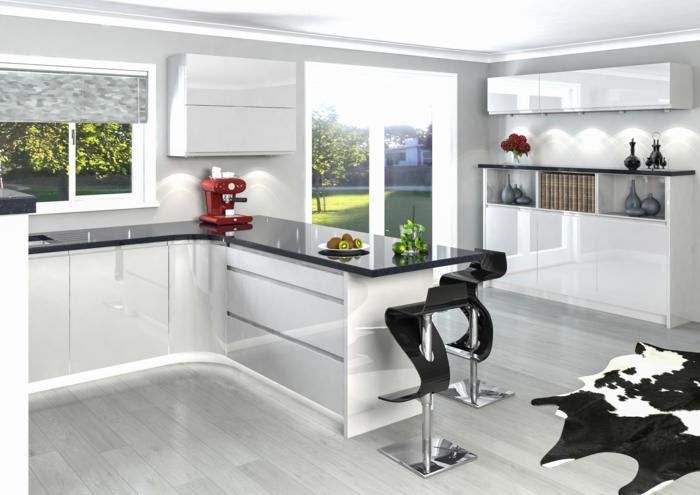 cuisine blanche et grise, cuisine laquée blanche, plan de travail en noir brillant, tabourets de bar en forme de S, en plastique noir avec partie métallique couleur argent, parquet PVC gris avec peau de vachette synthétique
