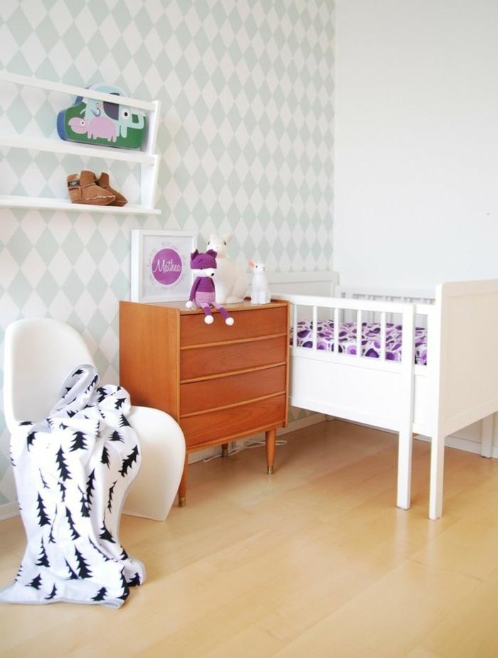 mur en blanc et bleu pastel, lit bébé fillette en rose, meuble en bois clair, étagères blanches, parquet stratifié en beige-jaune