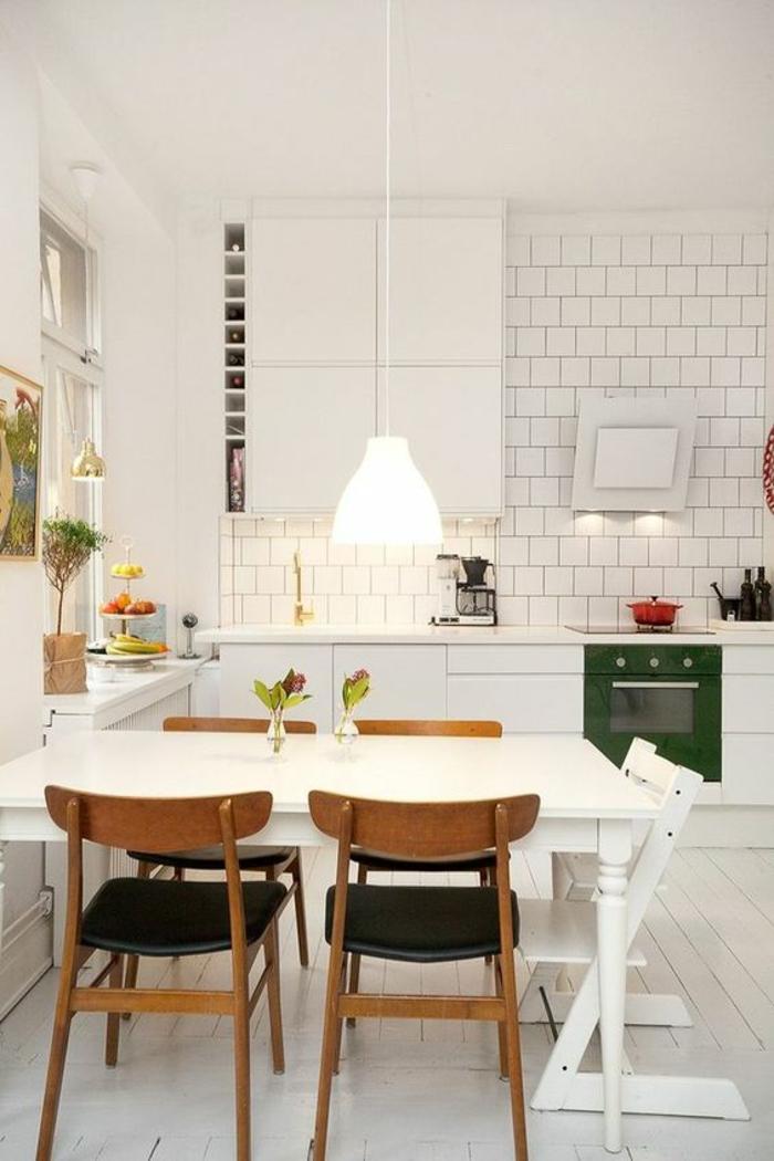 cuisine pas cher, cuisine équipée pas cher, carrelage blanc, table carrée blanche avec des chaises en bois marron et une chaise pliable en bois peint en blanc