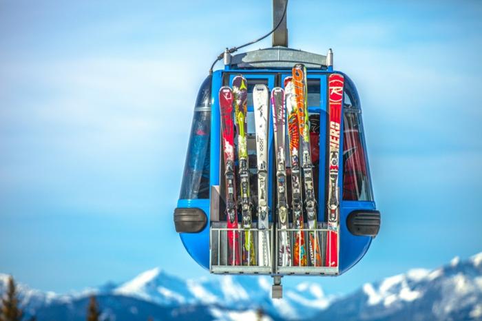 fond ecran paysage, des équipement pour les skieurs sur le fond d'un ciel bleu, montagnes avec des sommets en neige