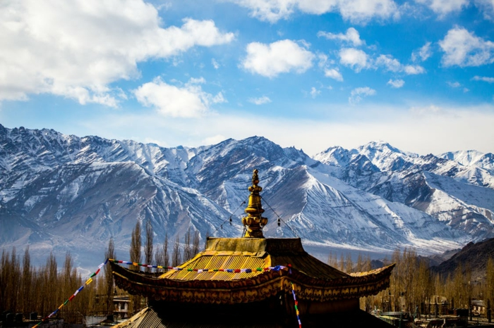 beau paysage, paysage paradisiaque, pagoda en Chine, temple Bouddhiste, lieu paradisiaque, montagnes recouvertes de neige a l'horizon
