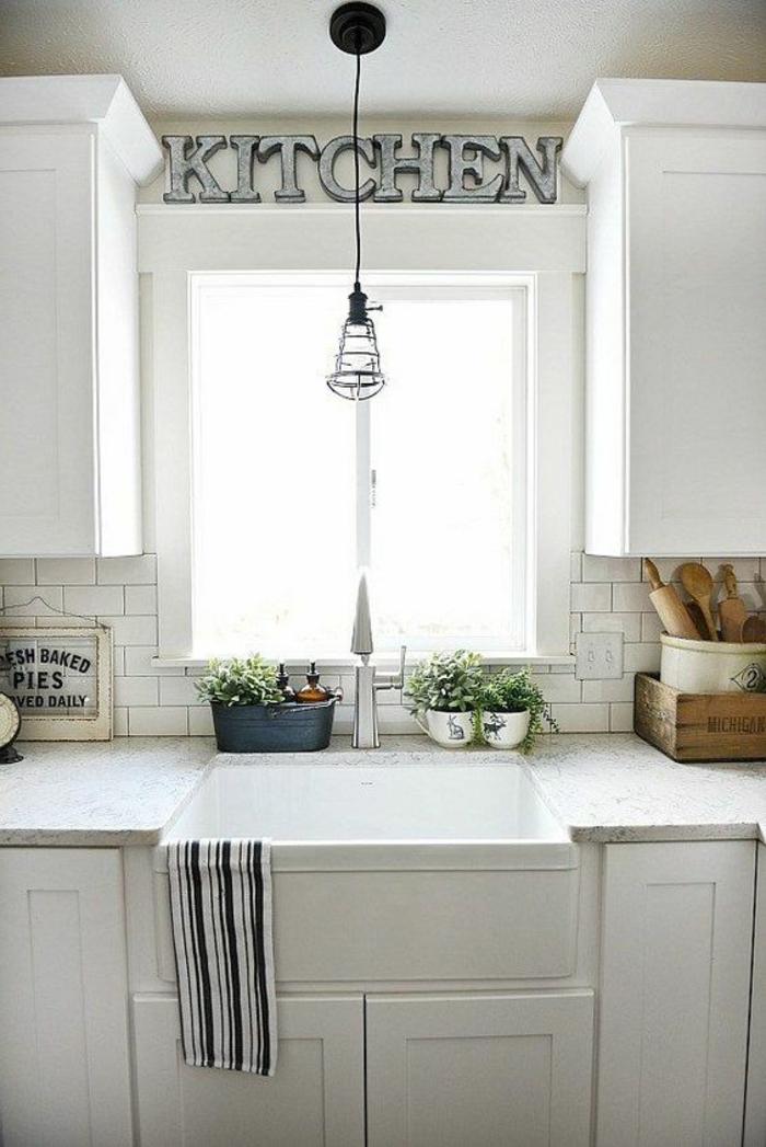 cuisine blanc laqué, avec plan de travail sous la fenêtre imitation marbre blanc avec des nervures noires, luminaire en métal noir, cuisine ilot, modele cuisine ikea