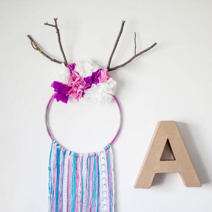 cercle pour attrape reve enveloppé de fils de laine colorés, chutes de laine et de tissu, branches d arbre et fleurs en papier de soie, deco murale salon