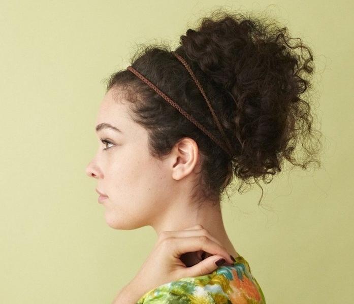 idée de chignon haut volumineux, serre tête marron et cheveux attachés en haut volumineux, tee shirt coloré