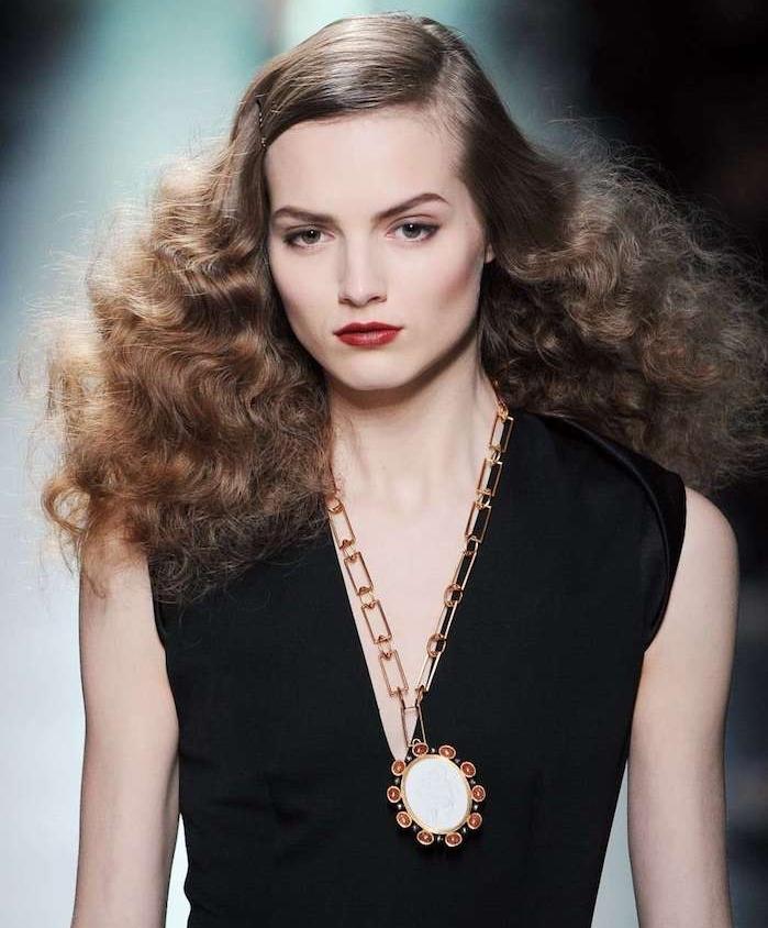 idée coupe de cheveux plaquées sur le dessus et des longueurs en volume ondulés, look défilé de mode, robe noire