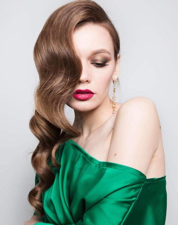 coupe de cheveux bouclés femme avec des ondulations retro chic, chemise femme ver émeraude