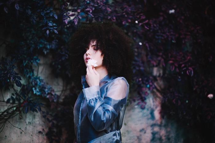 modele de coupe cheveux frisés, boucles serrés et volumineuses, exemple coiffure afro femme rebelle