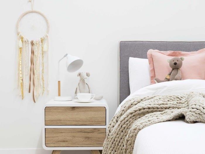 exemple de décoration murale chambre cocooning, lit gris, linge de lit, gris, rose et blanc, table de nuit scandinave, attrape reve fait main avec des chutes de ruban or, marron et beige