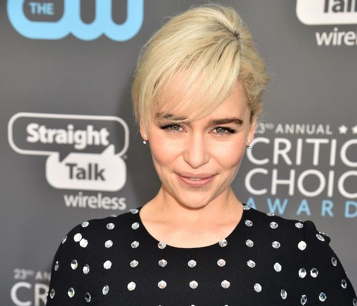 modele de coiffure élégant cheveux attachés en arrière avec frange de coté, chevelure blonde