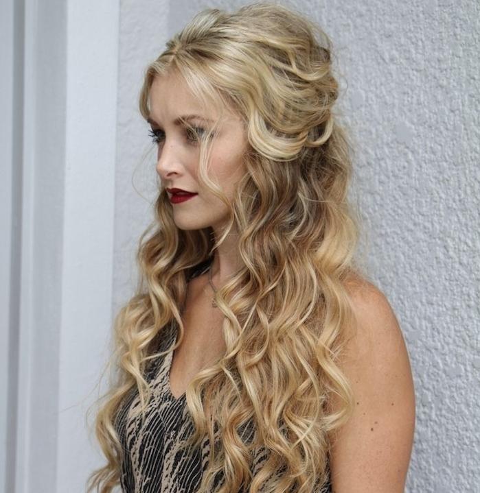 exemple de cheveux long bouclé femme avec des ondulations romantiques et des mèches rebelles encadrant le visage, robe beige et noir