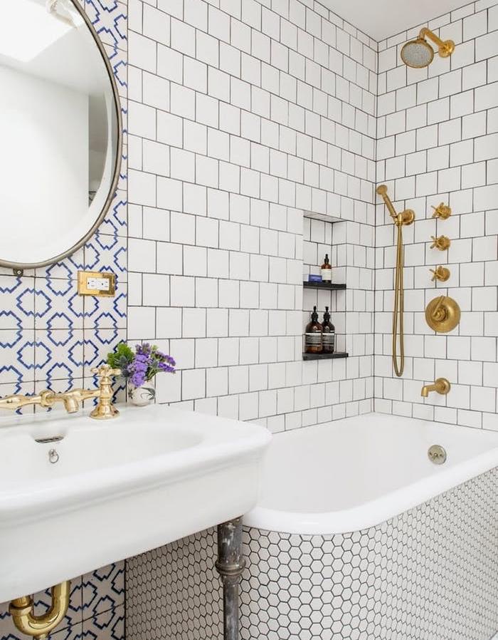 aménager une petite salle de bain avec mur carrelage blanc, robinetterie dorée, miroir rond, lavabo blanc